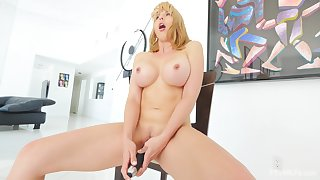 Homemade video of stunning cougar Amber playing with her left-hand taco